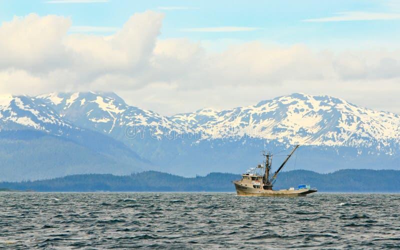Alaska - ensam reklamfilmfiskebåt royaltyfri bild