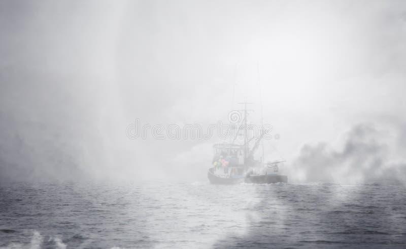 Alaska fisketrålare med dimmasamkopieringen fotografering för bildbyråer