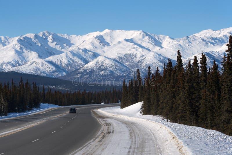 Alaska-Landstraße im Winter stockbild