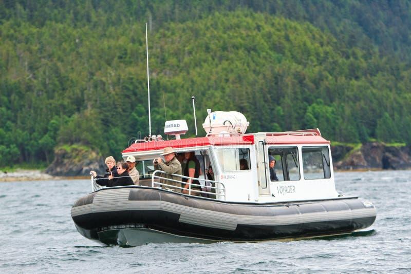 Alaska - małej łódki Wielorybi dopatrywanie obrazy royalty free