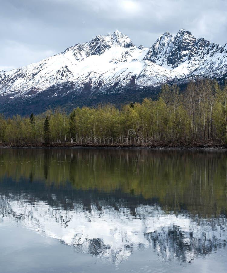 Alaska odbicia w wio?nie z ?niegiem nakrywali g?ry jako t?o obraz stock