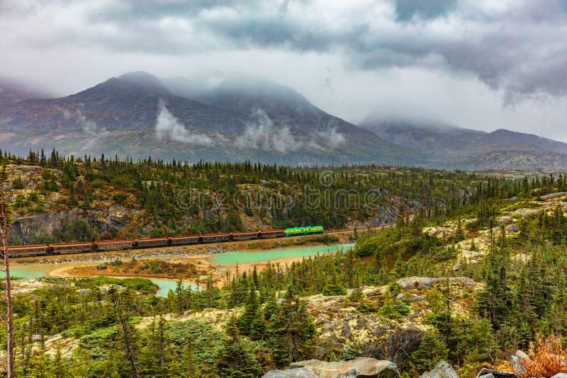 Alaska rejsu wycieczka w Skagway sceniczny prowadnikowy natura krajobraz - Biały Yukon kolei pociąg i przepustka - obrazy royalty free