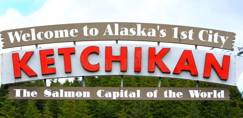 Alaska välkomnande till det Ketchikan tecknet arkivfoto