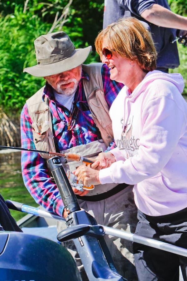 Alaska - Vrouw die, het Helpen van de Gids vissen royalty-vrije stock foto's