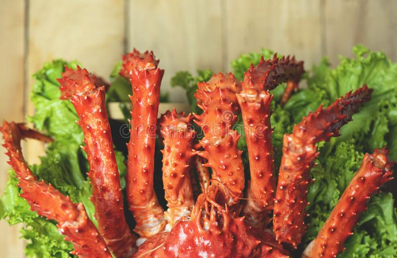 Alaskabo ånga för konung Crab Cooked eller kokt bakgrund för äta middag tabell för skaldjur- och grönsallatsalladgrönsak trä, bäs royaltyfria foton