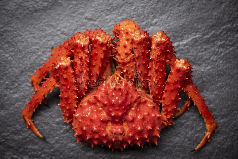 Alaskabo ånga för konung Crab Cooked eller kokt skaldjur på mörk bakgrund/den röda krabban hokkaido arkivfoto