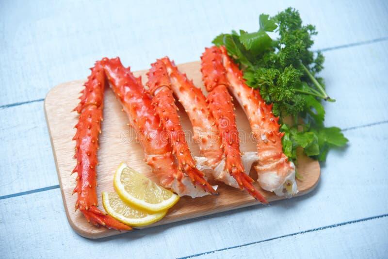 Alaskabo konung Crab Legs Cooked p? tr?sk?rbr?da med citronpersilja - r?d krabbahokkaido skaldjur tj?nade som tabellen royaltyfri bild
