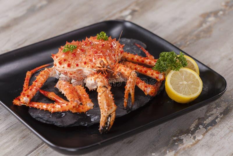 Alaskabo konung Crab med smör arkivfoton