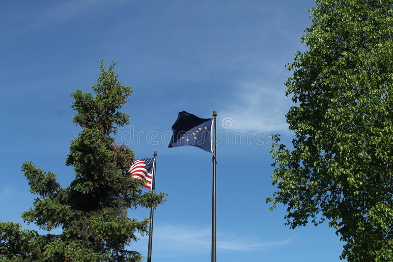 Alaskan & bandiere americane a Anchorage immagini stock libere da diritti