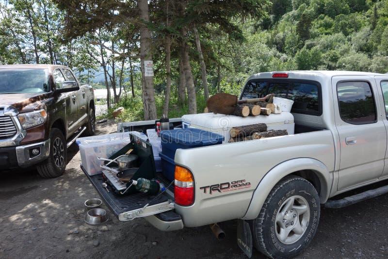 Alaskans die zich voor een weekend van ingezetenen verzamelen die slechts vissen stock afbeelding