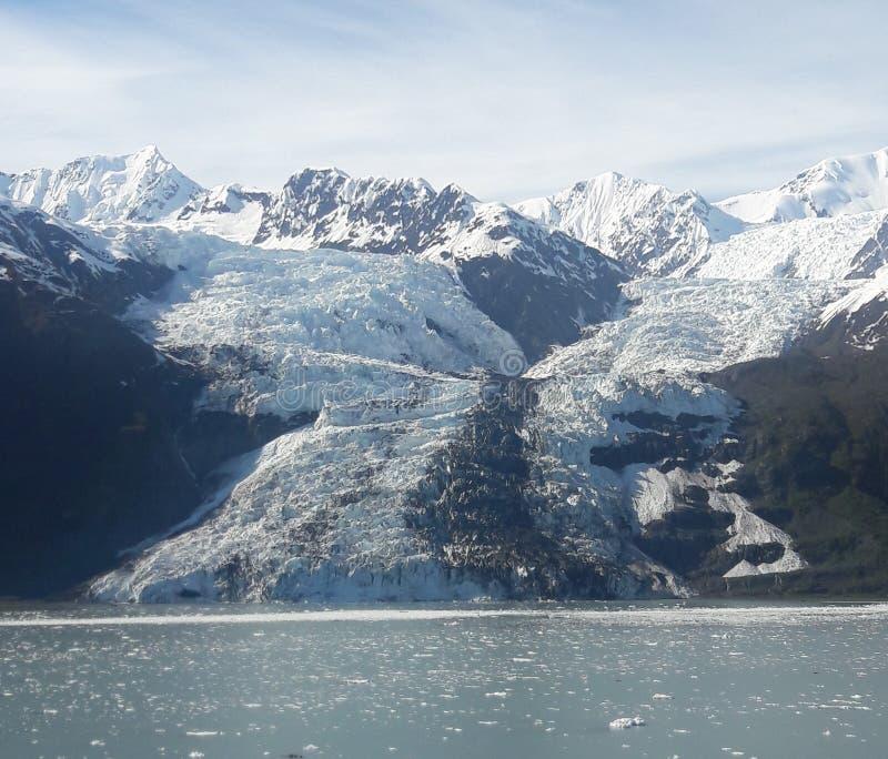 Alaskische Gletscher und schneebedeckte Berge stockfoto