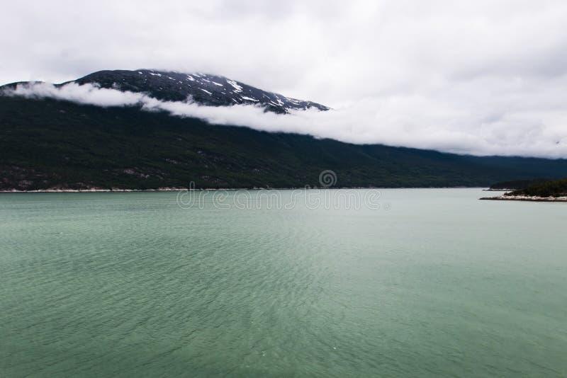 Alaskische Landschaft von Bergen und von Wasser 1 lizenzfreie stockfotografie