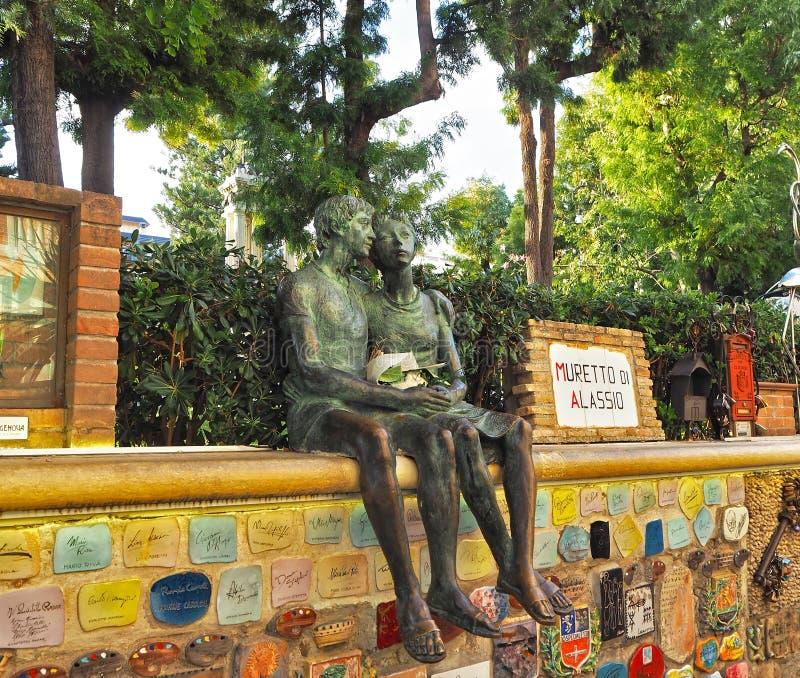 Alassio Savona, ITALIEN - September 2017: ` ` Muretto di Alassio, berühmte Wand in Alassio mit Bronzestatue der Liebhaber lizenzfreie stockbilder
