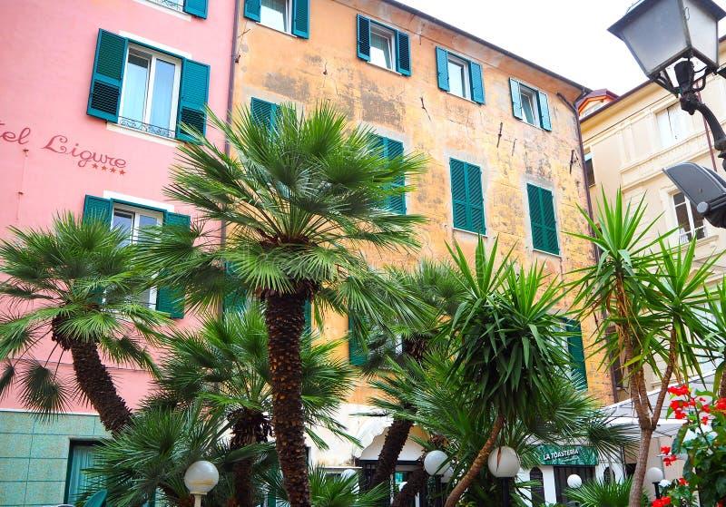 ALASSIO SAVONA WŁOCHY, WRZESIEŃ, - 2017: Kolorowe fasady sławna kurortu Alassio prowincja Savona na włoszczyźnie Riviera, Włochy zdjęcie royalty free