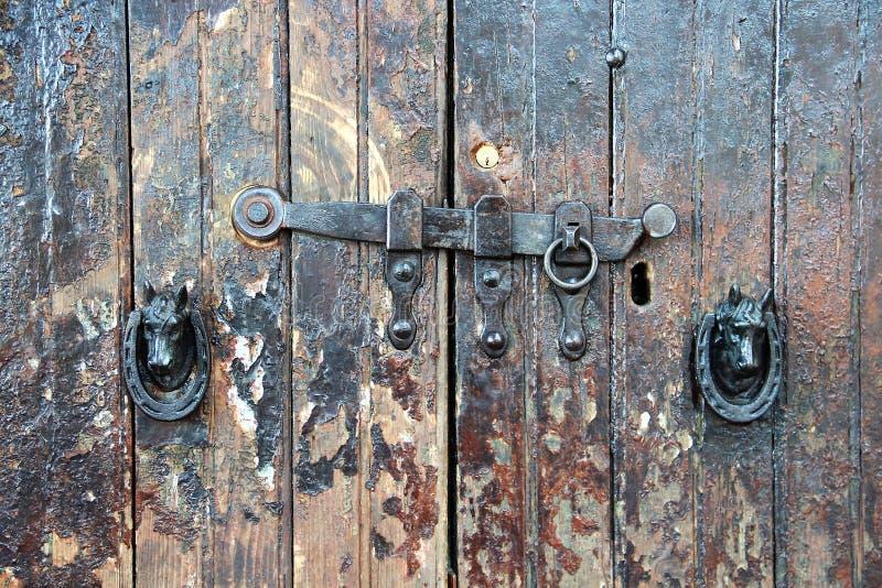 Alatri, średniowieczna wioska w środkowym Włochy stare drzwi zdjęcie stock
