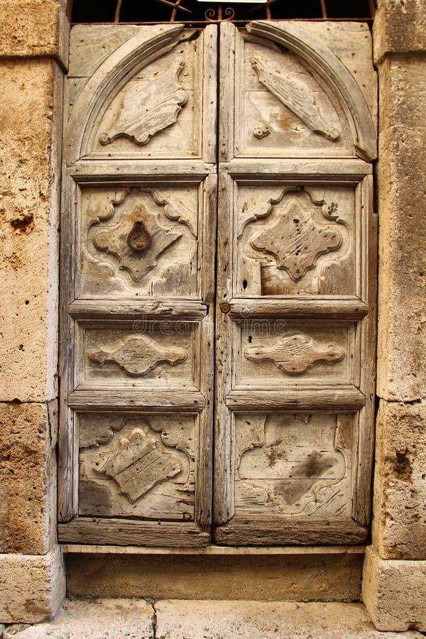 Alatri, średniowieczna wioska w środkowym Włochy stare drzwi obrazy stock