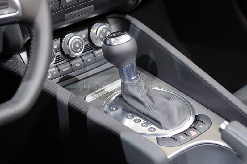 Alavanca de engrenagem do carro fotografia de stock