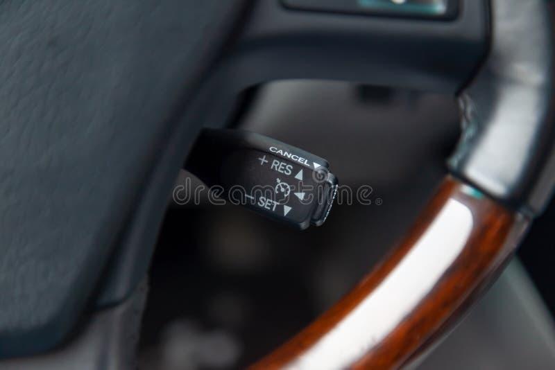 A alavanca do deslocamento para ajustar a velocidade automática da cruise control dentro do close-up do carro situado perto do vo imagem de stock royalty free
