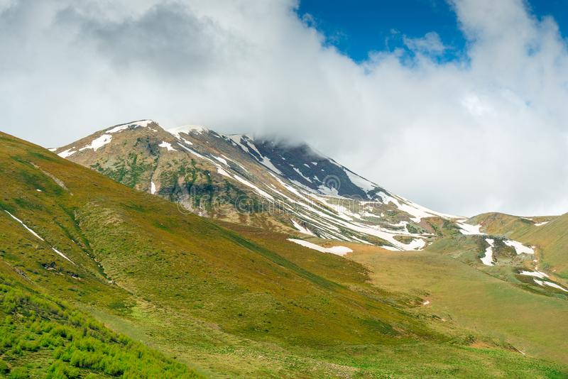 alaverdi Caucasus Georgia klasztoru kakheti g?ry Śnieg na wierzchołkach góry w Czerwcu obrazy royalty free