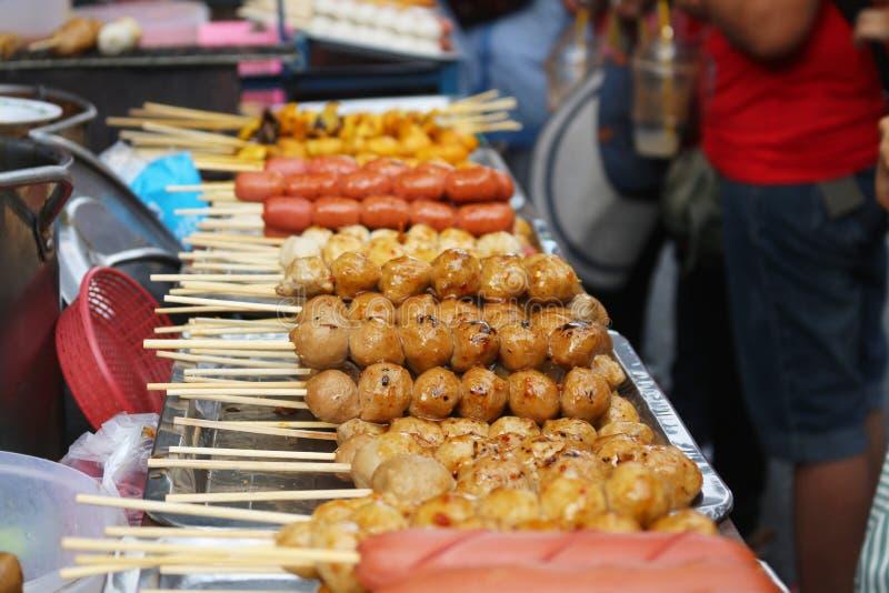 Albóndiga y salchicha tailandesas Satay fotografía de archivo