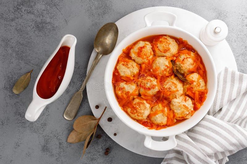 Albóndigas de los pescados en salsa de tomate con la zanahoria fotografía de archivo