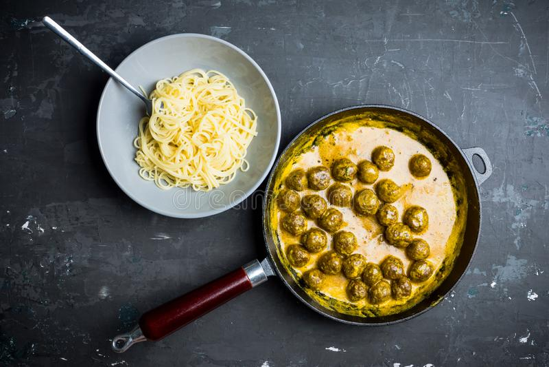 Albóndigas en salsa cremosa con espaguetis imágenes de archivo libres de regalías