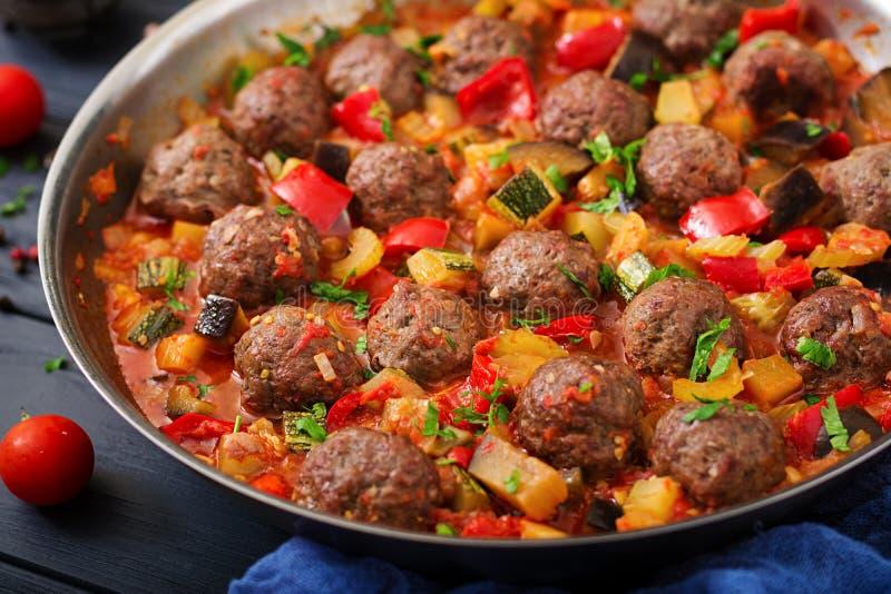 Albóndigas en salsa y verduras de tomate imágenes de archivo libres de regalías
