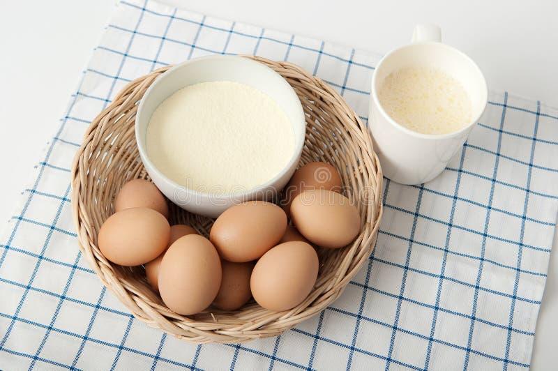 Albúmina y huevos secados en el basket02 imagen de archivo libre de regalías