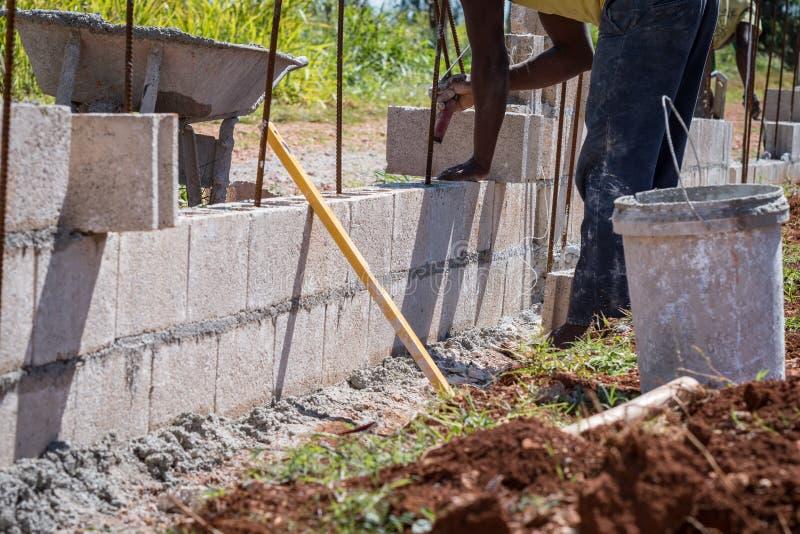 Albañil/albañil/trabajador de construcción que trabaja en emplazamiento de la obra fotografía de archivo libre de regalías