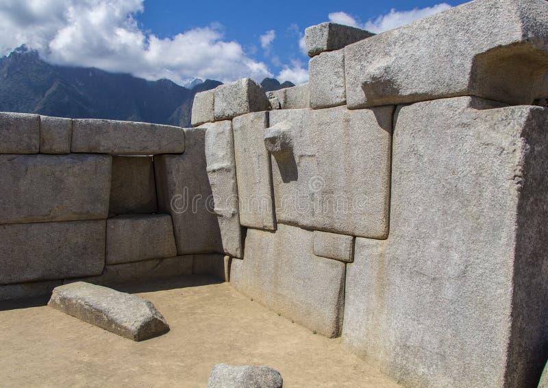 Albañilería poligonal gigante en las ruinas de Machu Picchu imágenes de archivo libres de regalías