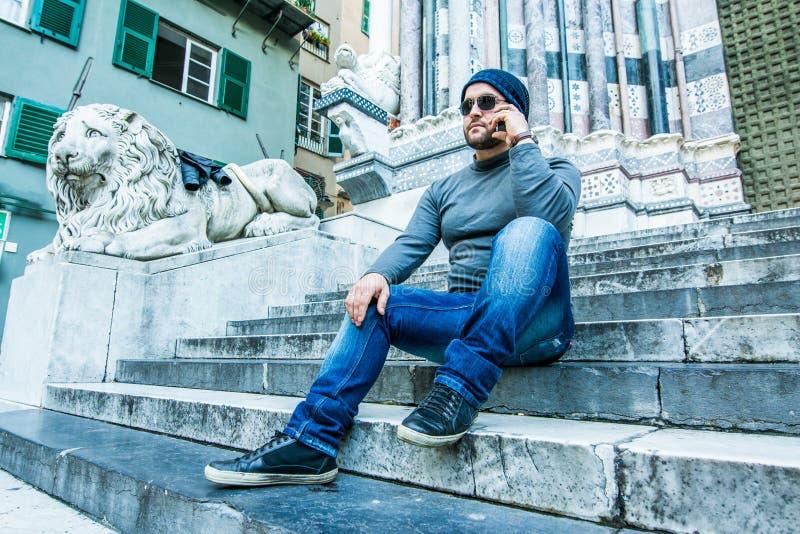 Albańska mafia kupuje telefon na schodach obrazy stock