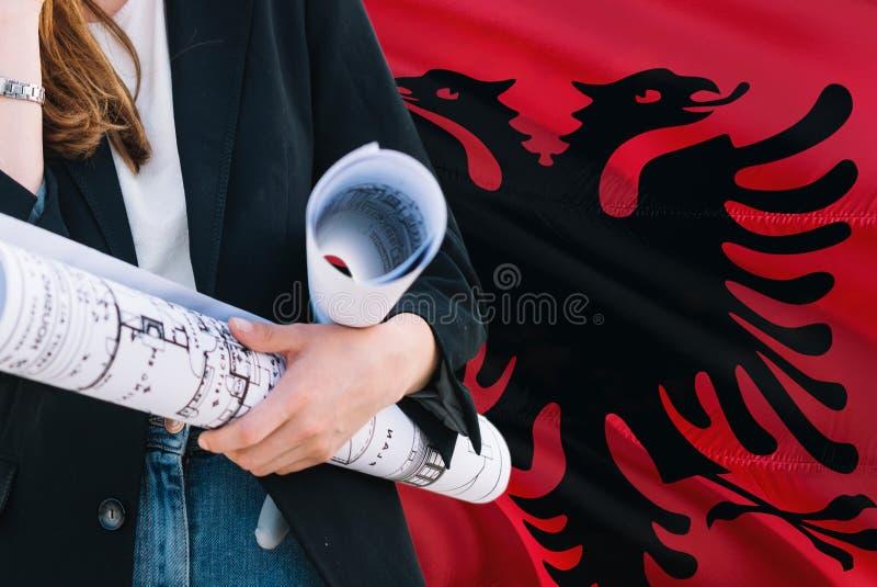 Albański architekt kobiety mienia projekt przeciw Albania falowania flagi tłu Budowy i architektury poj?cie zdjęcia stock
