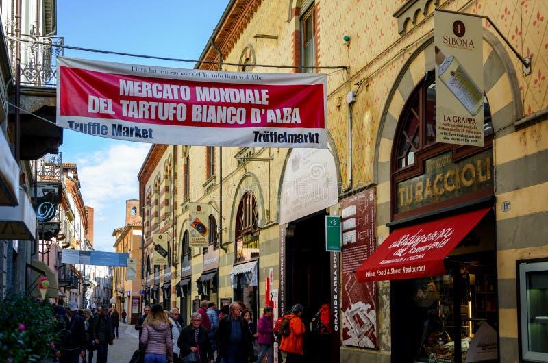 ALBA, †«15-ОЕ НОЯБРЯ 2018 ИТАЛИИ: Люди входя в рынок трюфеля международной ярмарки трюфеля Alba Пьемонта, Италии стоковая фотография rf