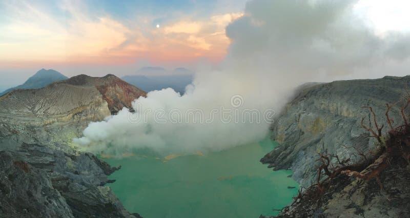 Alba al cratere di Ijen, Indonesia fotografia stock libera da diritti