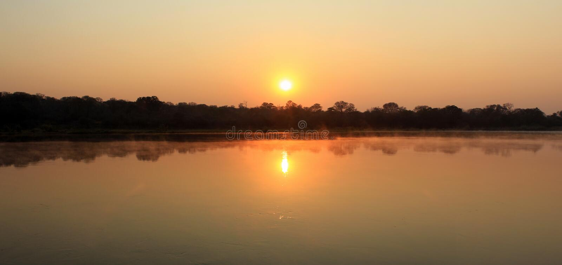 Alba al fiume di Kavango. Il Namibia immagine stock libera da diritti