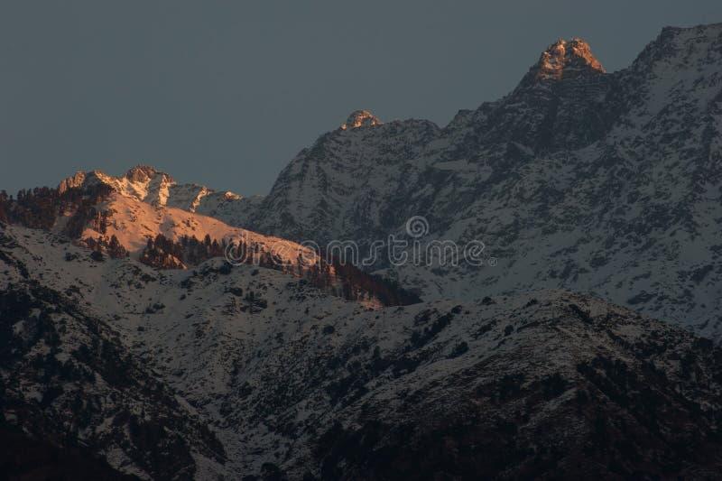 Alba al picco della neve al villaggio di Sidhpur a Dharamsala di Himacha immagini stock
