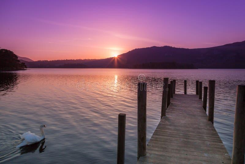 Alba all'acqua di Derwent, Cumbria Inghilterra fotografia stock libera da diritti