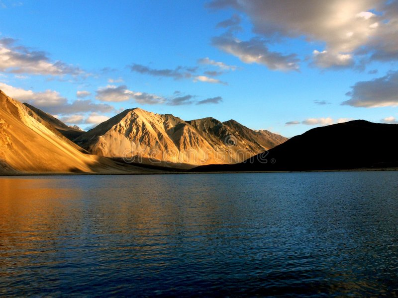 Alba all'TSO di Pangong in Ladakh immagini stock