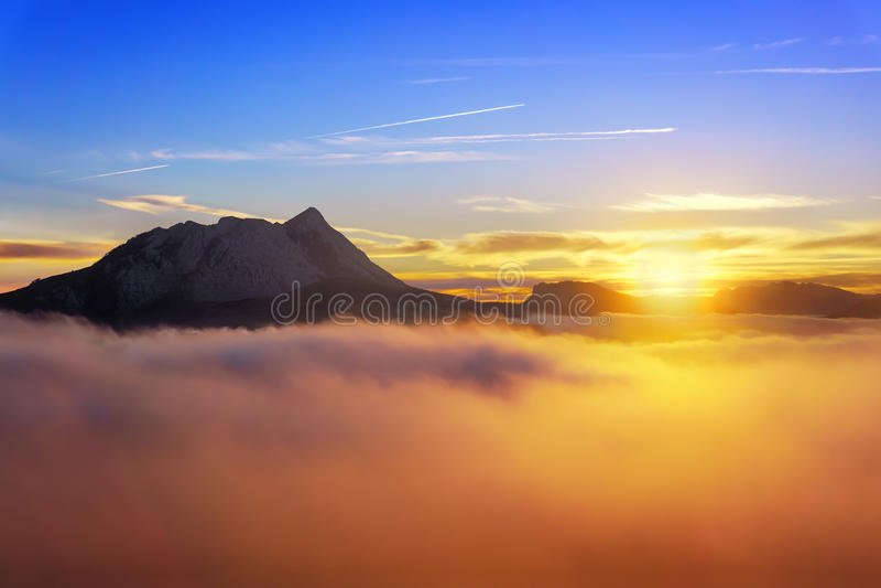 Alba alla mattina nebbiosa da Saibi con la vista di Anboto immagini stock