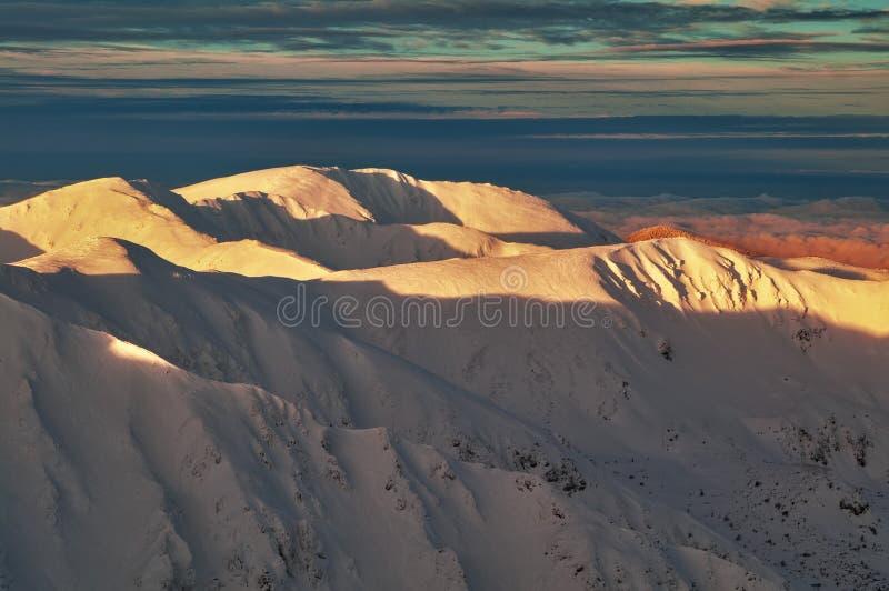 Alba alla parte centrale della cresta bassa della montagna di Tatras fotografie stock