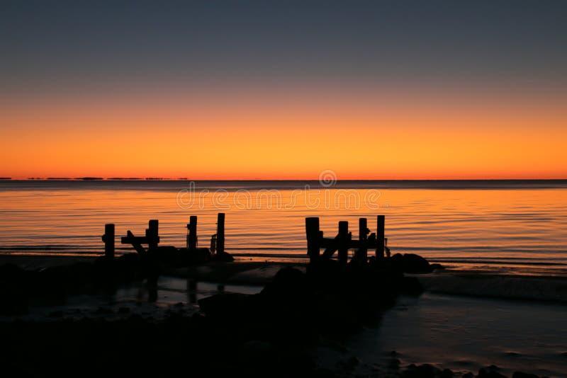 Alba alla spiaggia del legname galleggiante sulla baia di chesapeake fotografie stock libere da diritti