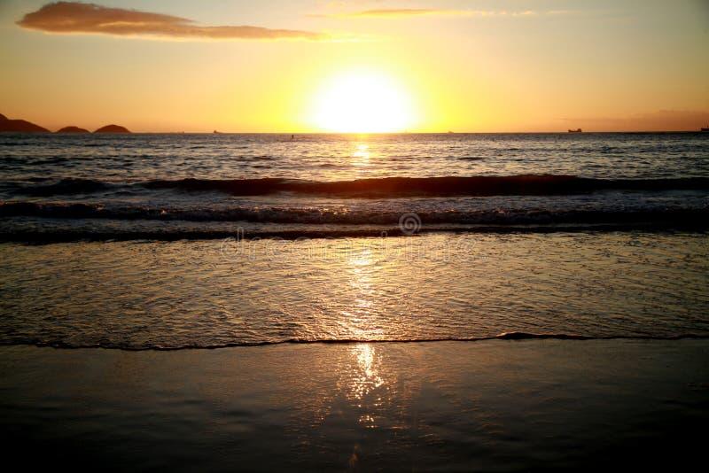 Alba alla spiaggia di Copacabana fotografie stock
