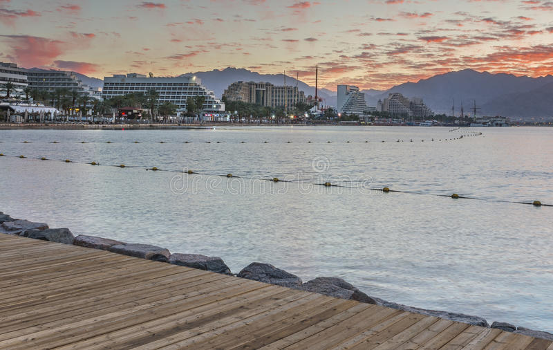 Alba alla spiaggia pubblica centrale di Eilat - stazione turistica famosa in Israele fotografie stock libere da diritti