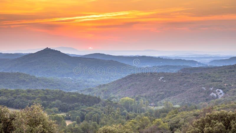 Alba arancio sopra il parco nazionale di Cevennes immagini stock libere da diritti