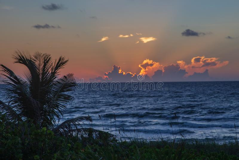 Alba arancio sopra l'Oceano Atlantico sulla costa Est di Florida immagini stock libere da diritti