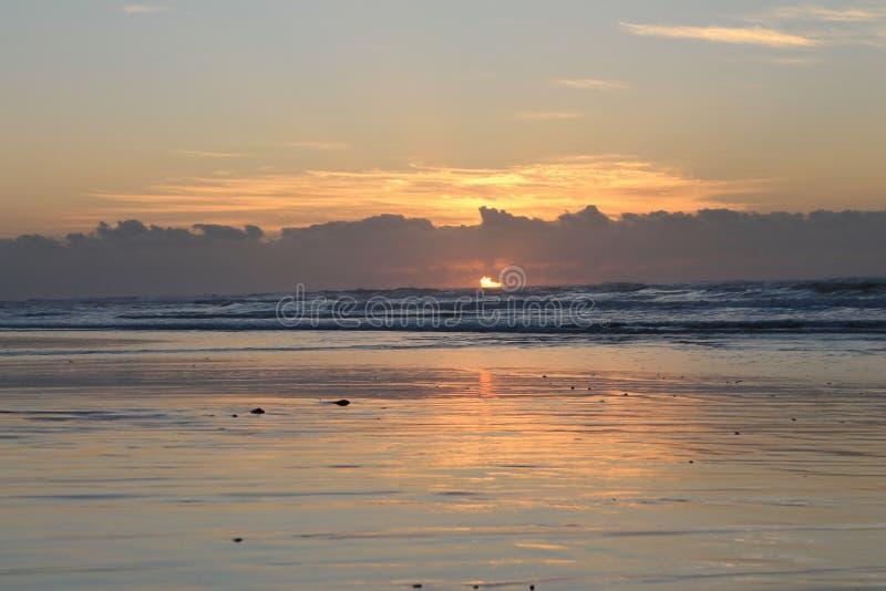 Alba a bassa marea nella baia Londra orientale di Morgan sulla costa selvaggia del Sudafrica immagini stock