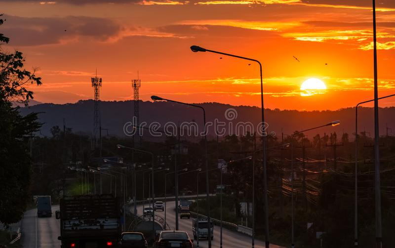 Alba bella sopra la montagna di mattina con la volata degli uccelli Grande aumento del sole di mattina fra le nuvole Azionamento  fotografia stock libera da diritti