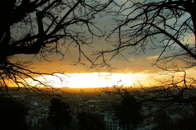 Alba che somiglia ad un'esplosione di una bomba nucleare su Parigi fotografia stock
