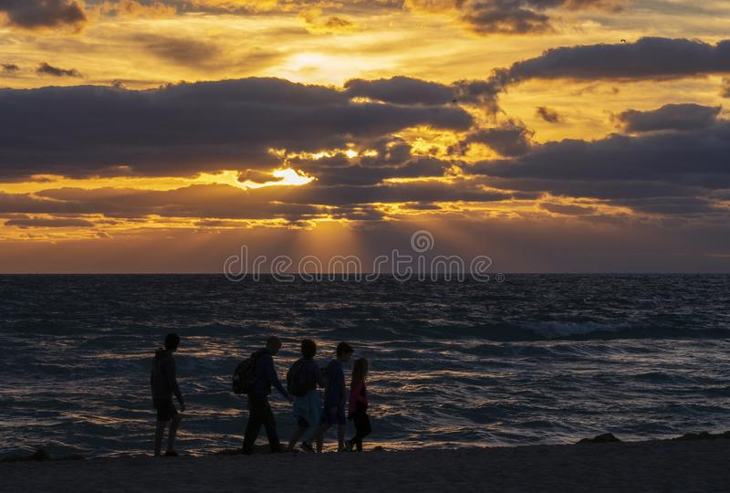 Alba Colourful sulla spiaggia fotografia stock libera da diritti