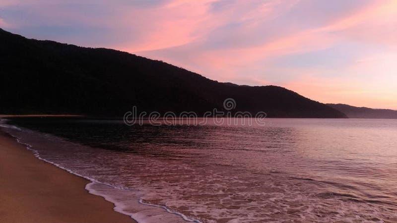 Alba con i colori speciali in Paraty, Brasile fotografie stock libere da diritti